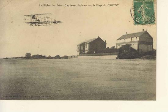 La Villa Belle Plage survolée par un avion de l'Ecole Caudron