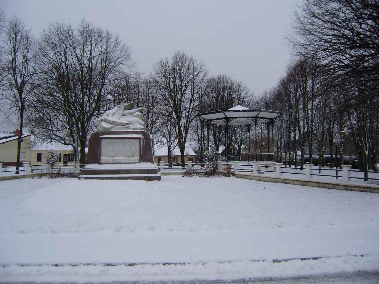 Monument Caudron et kiosque janvier 2013