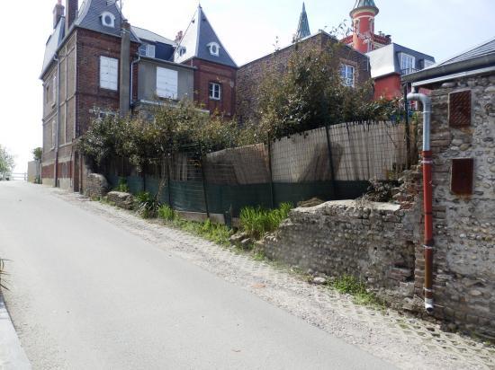Mur abandonne rue de la mer